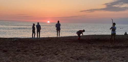 Sandy Beach auf Zypern Paphos. Sonnenuntergang 2019
