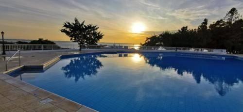 Ein Sonnenuntergang am Pool bei Ikaria Village.